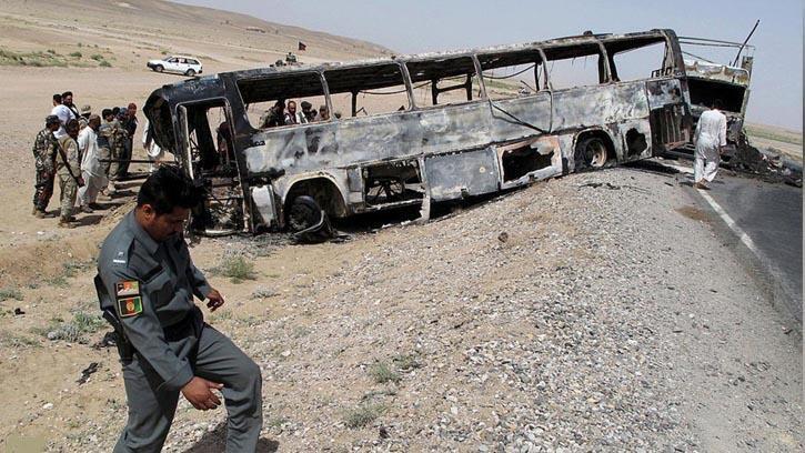 اتوبوسی که در روز چهارشنبه ٩ اسد/ ٣١ ژوئیه ٢٠۱٩ با یک بمب جاسازیشده در شاهراه کابل- قندهار برخورد کرد ..
