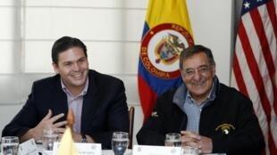 O secretário de Defesa americano, Leon Panetta (à dir.), ao lado do ministro da Defesa da Colômbia, Juan Camilo Pinzon, em Bogotá, na segunda-feira.