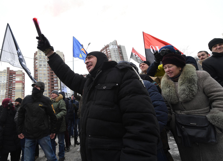 Des nationalistes ukrainiens manifestent devant la consulat russe à Kiev, le 18 mars 2018, jour de vote en Russie.