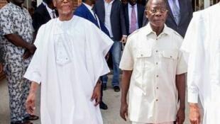 Tsohon shugaban jam'iyyar APC mai mulkin Najeriya Cif John Odigie Oyegun tare da shugaban jam'iyyar mai ci, Adams Oshiomhole.