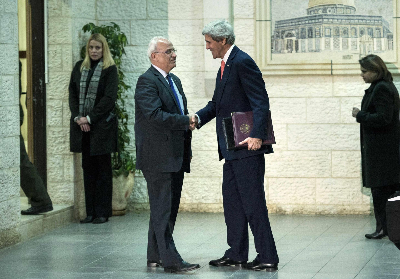 Le négociateur en chef palestinien Saeb Erakat accueille le secrétaire d'Etat américain John Kerry à Ramallah, le 3 janvier 2014.