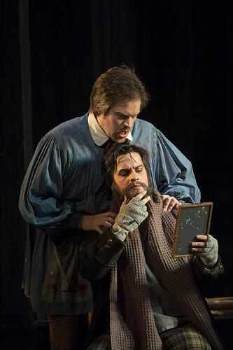 Auden Iversen como Marcello y Nahuel Di Pierro en el rol de Colline en una representación de La bohème en el Covent Garden de Londres.