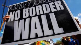 Personas manifiestan en El Paso (Texas) contra  la construcción de un muro de separación entre Estados Unidos y México, prometido por el presidente Donald Trump.