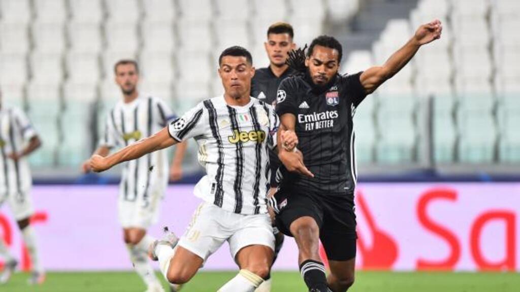 Le Turinois Cristiano Ronaldo à la lutte avec le Lyonnais Jason Denayer, le 7 août 2020.