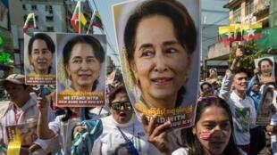 (ARCHIVO) Manifestación en Rangún de apoyo a Aung San Suu Kyi, el 10 de diciembre de 2019, antes de que fuera a defender a Birmania ante la Corte Internacional de Justicia de La Haya por acusaciones de genocidio contra los musulmanes rohinyás