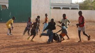 Les espaces où les jeunes peuvent jouer et faire du sport se réduisent comme peau de chagrin au Mali, d'où la campagne menée par Benbere : #LaissezNousJouer (image d'illustration, Bamako, 2011).