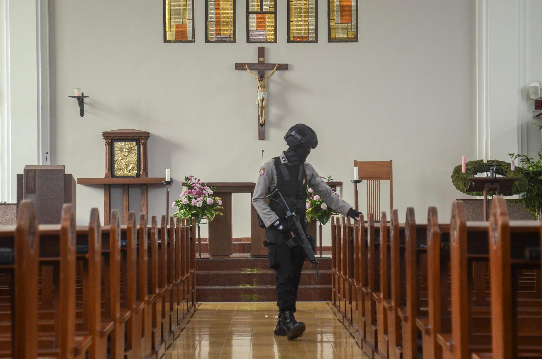 Cảnh sát Indonesia kiểm tra an ninh bên trong một nhà thờ tại Bandung, trước Thánh Lễ mừng Chúa Giáng Sinh. Ảnh ngày 23/12/2017