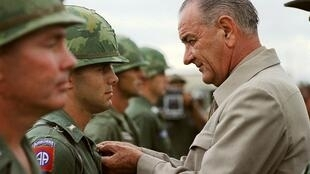 លោក Lyndon Johnson ប្រធានាធិបតីអាមេរិក ពេលទៅសួរសុខទុក្ខទាហានអាមេរិកនៅវៀតណាម នៅឆ្នាំ១៩៦៦