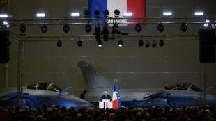 Le président Emmanuel Macron sur la base aérienne 123 près d'Orléans lors de ses voeux aux armées, le 16 janvier 2019.