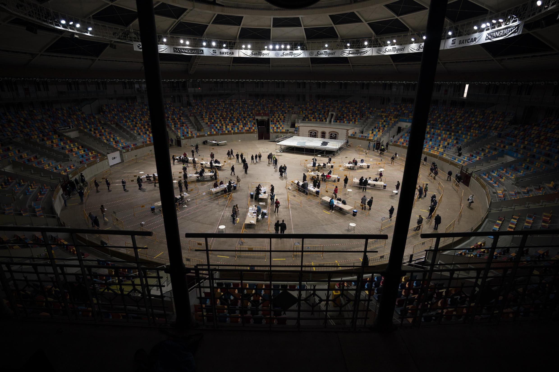 La gente hace cola y emite su voto en un colegio electoral instalado en la Tarraco Arena, una antigua plaza de toros de Tarragona rebautizada, durante las elecciones regionales catalanas en Tarragona, España, el domingo 14 de febrero de 2021.