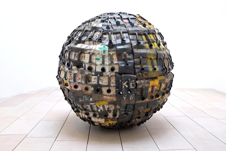 « Exit Ball » (210 x 210 cm), œuvre de l'artiste béninois Romuald Hazoumé, exposée dans « Art/Afrique, le nouvel atelier ».