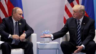 Les présidents russe et américain, Vladimir Poutine et Donald Trump, en juillet 2017 à Hambourg pour un sommet du G20.