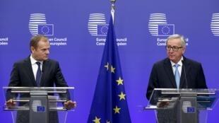 2016年3月17日歐盟理事會主席圖斯克(左)和歐盟委員會主席容克在布魯塞爾峰會之前舉行記者會。