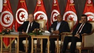 Le président Moncef Marzouki (c) entouré du président de l'Assemblée nationale constituante (ANC),  Mustapha Ben Jaafar (G) et du Premier ministre Ali Laarayedh pendant les négociations au Palais des Congrès. Tunis, le 5 octobre 2013.