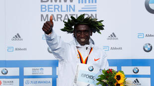 Bingwa wa dunia wa mbio za Marathon Eliud Kipchoge baada ya kutuzwa na Umoja wa Mataifa jijini Nairobi