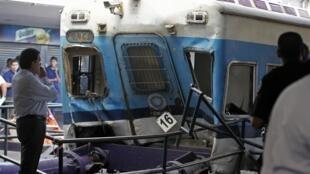 Головной вагон поезда на вокзале Буэнос-Айреса, протаранившего ограничительный буфер в результате отказа тормозов. Аргентина 22/02/2012