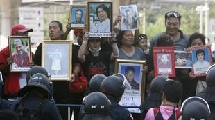 Camisas vermelhas protestam em frente do Departamento de Investigaçãos Especiais de Bagcoc, nesta quinta-feira 13 de dezembro de 2012.