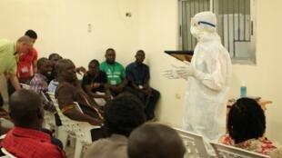 一名医务人员演示如何防护埃博拉病毒2014年7月30日利比里亚