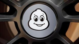 Le logo du constructeur français de pneus au Salon de l'auto à Paris, le 2 octobre 2018.