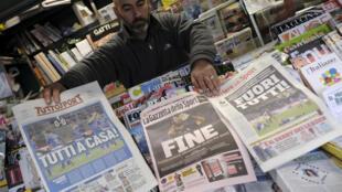 Un vendedor de diarios muestra la portada de los periódicos tras el partido que dejó a Italia fuera del mundial, el 14 de noviembre de 2017 en Roma.