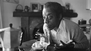 Le nouvelliste américain, écrivain, poète, essayiste et militant des droits civiques, James Baldwin dans sa maison de Saint-Paul-de-Vence au sud de la France, le 6 novembre 1979.