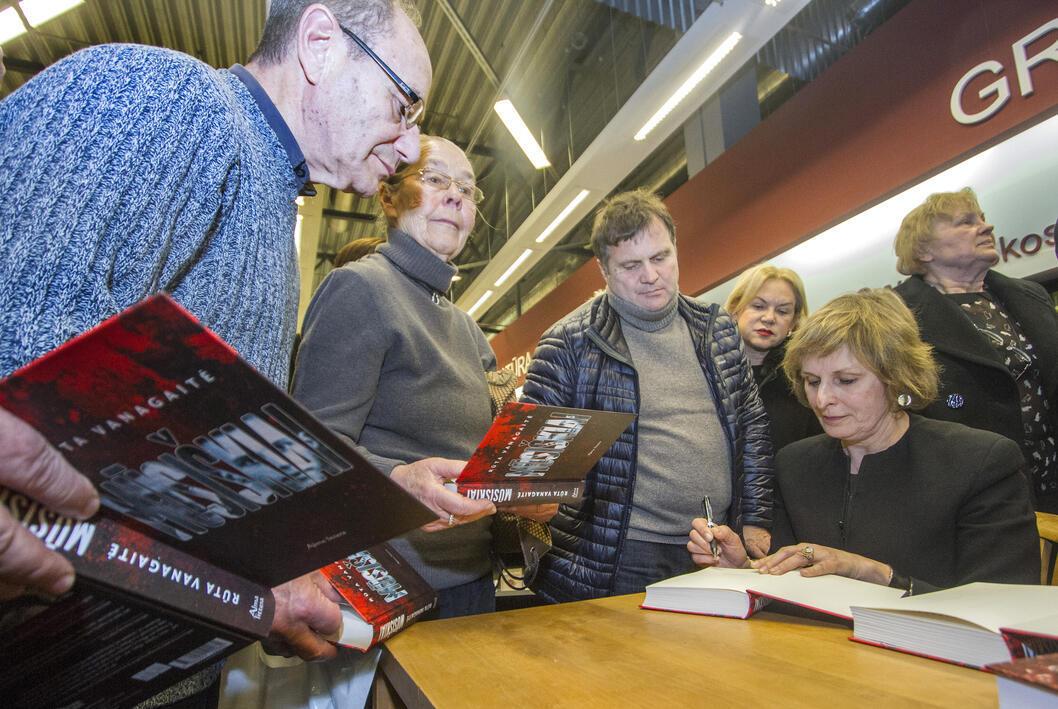 L'écrivaine lituanienne, Ruta Vanagaitė, dédicace son livre «Notre peuple» lors de sa présentation à Vilnius, le 17 février 2016.