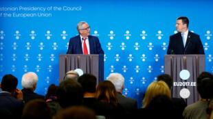 à l'Estonie a euA Tallinn, le président de la commission européenne Jean-Claude Juncker (G) et le Premier ministre estonien Juri Ratas (D), célèbrent les débuts de la présidence tournante du Conseil de l'UE..