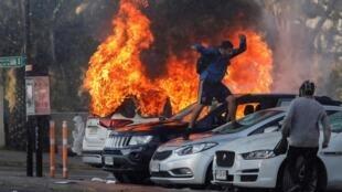 Au moins sept véhicules ont été incendiés en marge des manifestations qui ont eu lieu à Viña del Mar le 23 février 2020.