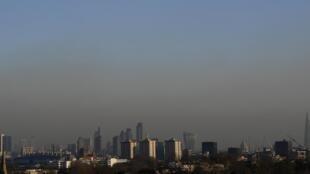 De nombreuses villes d'Europe ont atteint des pics de pollution ces derniers jours. Ici, Londres sous un épais nuage de pollution le 24 janvier 2017.