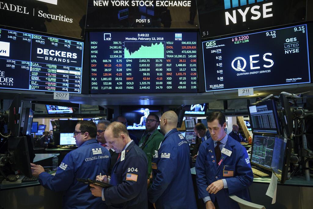 Traders na Bolsa de Nova York durante fechamento na segunda-feira 12/02/18.