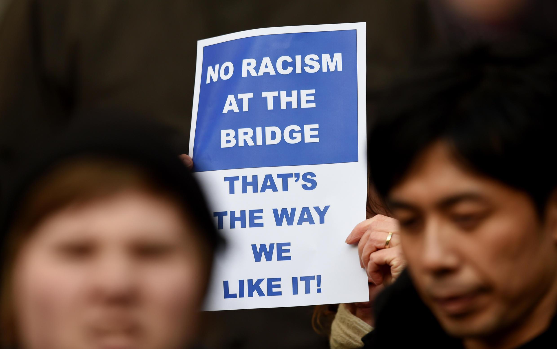 Des supporters de Chelsea tiennent des panneaux contre le racisme avant le match du 21 février 2015.