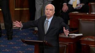 Thượng nghị sĩ John McCain tại Thượng Viện Mỹ ngày 25/07/2017.