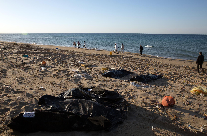Les corps de migrants retrouvés sur la plage de Qasr al-Garabulli (Karabouli), le 20 mars 2016.