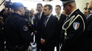 Emmanuel Macron a notamment rencontré la police municipale de Carpentras, vendredi 17 février 2017.