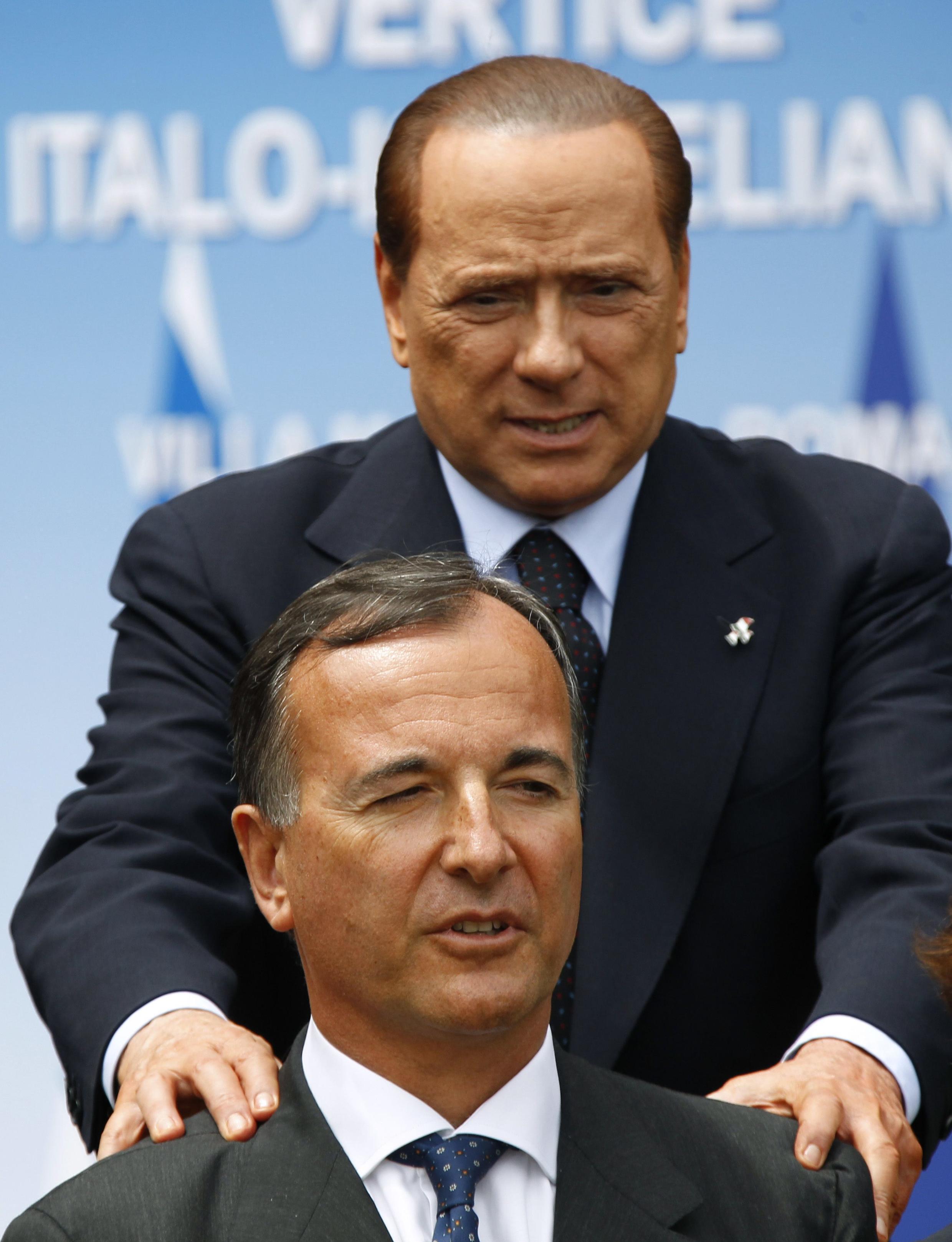 O ministro italiano das Relações Exteriores, Franco Frattini, e o primeiro-ministro italiano, Silvio Berlusconi.