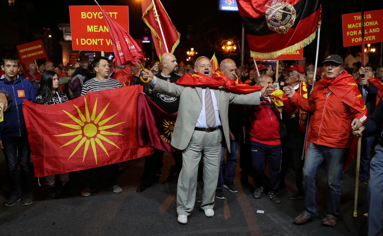 Người biểu tình phản đối trưng cầu dân ý đổi tên nước Macedonia, tại Skopje ngày 30/09/2018.