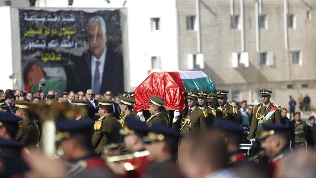 Kikosi cha ulizi wa taifa cha Plaestina kikibeba jeneza ya kiongozi Ziad Abou Eïn wakati wa mazishi yake mjini Ramallah, Desemba 11 mwaka 2014.