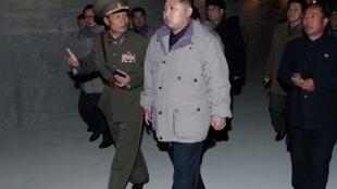 Kim Jong Un đi thăm một công trình xây dựng tại nhà máy điện Huichon. Ảnh do hãng tin chính thức Bắc Triều Tiên công bố ngày 04/11/2010.