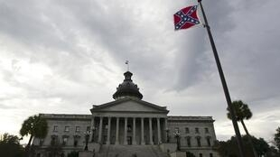 Le drapeau confédéré flotte devant le Capitole de l'Etat de Caroline du Sud, aux Etats-Unis, le 17 janvier 2012.