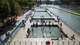 Piscinas instaladas no Canal de Ourcq também fazem parte do Paris Plages e são gratuitas.