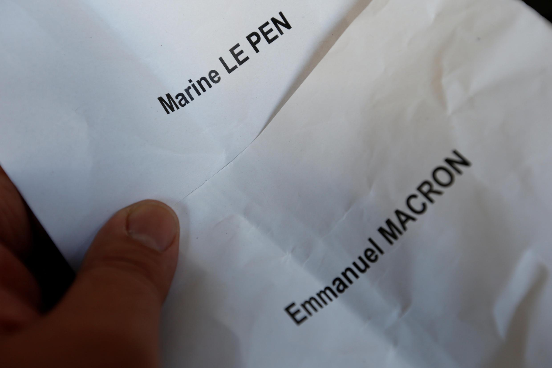 Papeletas para Marine Le Pen y Emmanuel Macron, los finalistas de las elecciones presidenciales francesas.