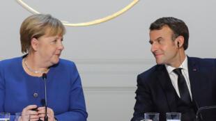 Chanceler alemã, Angela Merkel, e presidente francês, Emmanuel Macron, são arquitetos do plano de recuperação econômica da União Europeia depois da pandemia de coronavírus. (Foto de dezembro de 2019)