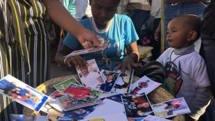 Les victoires successives de l'équipe nationale de foot malgache à la CAN fait le bonheur des petits commerçants de rues. Les supporters se bousculent pour acheter les produits à l'effigie des Barea.
