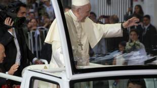 O papa Francisco chegou nesta segunda-feira (15) a Santiago, primeira etapa de sua sexta viagem à América Latina.