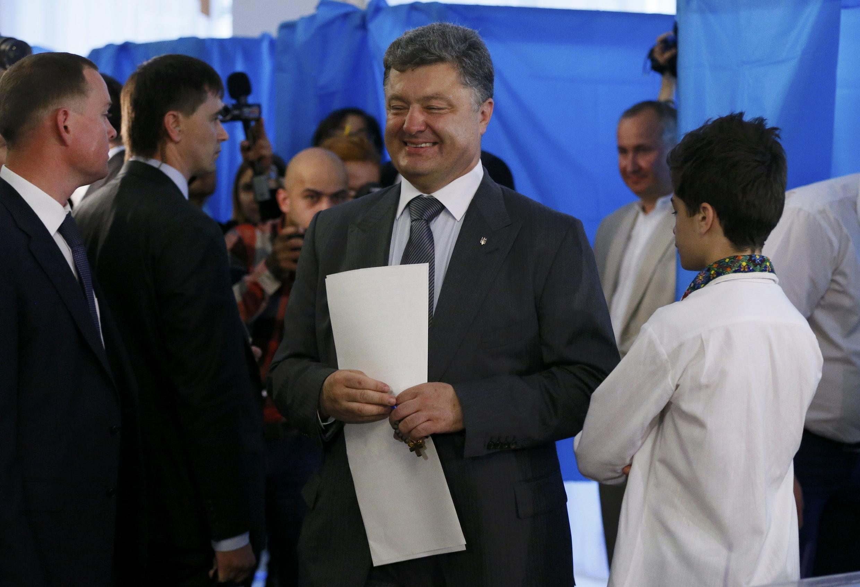 Ứng cử viên  có nhiều triển vọng thắng cử tổng thống Ukraina, ông Petro Poroshenko, đi bỏ phiếu tại Kiev ngày 25/5/2014.