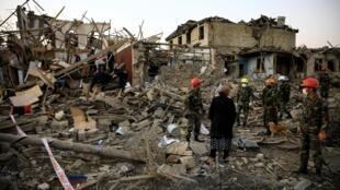Des équipes de secours cherchant des survivants  dans la ville de Ganja, en Azerbaïdjan, le 17 octobre 2020
