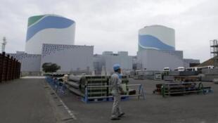 Operário da companhia Kyushu Electric Co caminha pela usina nuclear de Sendai, em Satsumasendai, no Japão. 3/04/2014.