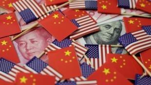Cờ Mỹ và Trung Quốc cùng đồng nhân dân tệ và đô la. Ảnh minh họa.