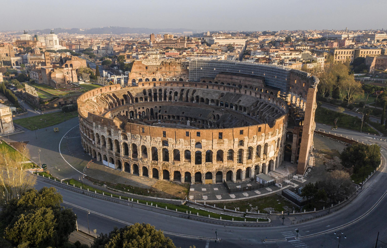 L'ambiente completamente deserto del Colosseo a Roma il 30 marzo 2021.