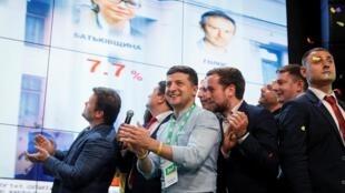 Le président ukrainien Volodymyr Zelenskiy réagit au siège de son parti après les élections législatives de Kiev, en Ukraine, le 21 juillet 2019.
